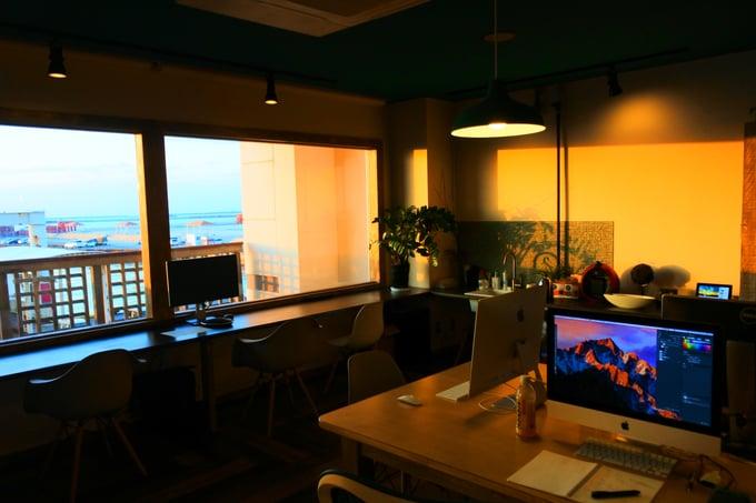 宮古島オフィスに差し込む夕日