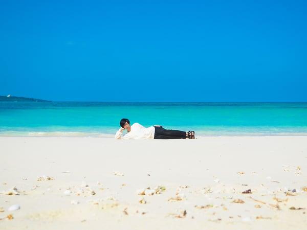 浜で涅槃のポーズをする西保木