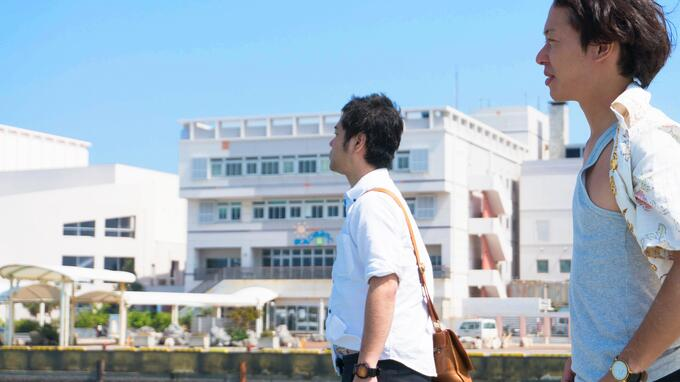 平良港ターミナルビルをバックに