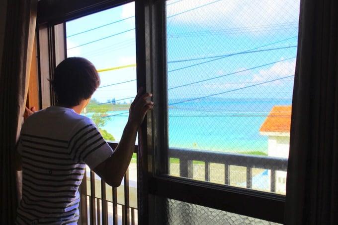 窓からパイナガマビーチを臨む